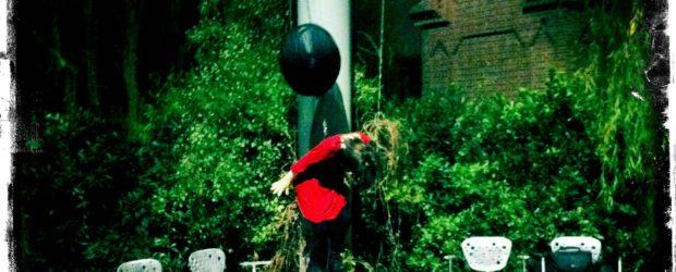 Crítica de la exposición SOY JOVEN. ME ABURRO: Exposición personal de Rosana Antolí. Galería AranaPoveda. Lope de Vega, 22. Madrid. Hasta el 1 de abril de 2011. Rosana Antolí, La cosmonauta, 2011. Escultura/instalación. Alambres, madera, pasta de papel y fibra de vidrio, cadenas y globo de PVC, pintura acrílica, 120 […]