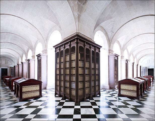 Candida Höfer, Archivo General de Indias Sevilla IV, 2010, C-Print. 180 x 219.9 cm. Edición 6/6. Cortesía: Galería Fúcares Madrid, 2011.